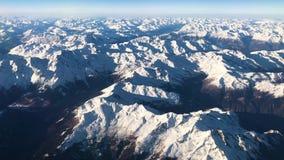 Vogelperspektive von Alpenbergen unter Italien, Österreich und Schweizer Formfläche, Video der Gesamtlänge 4k stock video footage