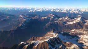 Vogelperspektive von Alpenbergen unter Italien, Österreich und Schweizer Formfläche, Video der Gesamtlänge 4k stock video