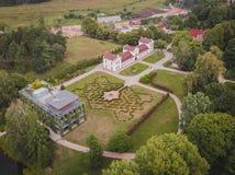 Vogelperspektive von alten und neuen Parkgebäuden stockbilder
