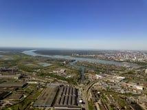 Vogelperspektive von alten und neuen russischen Gebäuden mit Fluss Ob und blauem Himmel Lizenzfreie Stockbilder