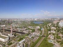 Vogelperspektive von alten und neuen russischen Gebäuden mit Fluss Ob und blauem Himmel Stockfoto