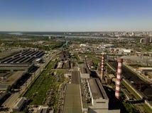 Vogelperspektive von alten und neuen russischen Gebäuden mit Fluss Ob und blauem Himmel Stockbild