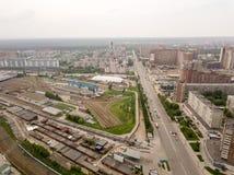 Vogelperspektive von alten und neuen russischen Gebäuden mit Schienen Lizenzfreie Stockfotografie