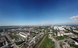 Vogelperspektive von alten und neuen russischen Gebäuden mit See Lizenzfreie Stockbilder