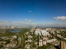 Vogelperspektive von alten und neuen russischen Gebäuden mit See und blauem Himmel Lizenzfreie Stockfotografie