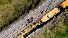 Vogelperspektive von Arbeitskräften auf einer Bahnbaustelle stockfotografie