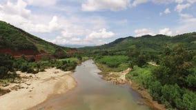 Vogelperspektive von asiatischem Fluss, waschende Kleidung der Leute stock video footage