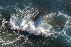 Vogelperspektive von aufgelehnten Wellen im Mittelmeer stockfotografie