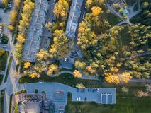 Vogelperspektive von aufgereihten fünfstöckigen Gebäuden im Stadtzentrum morgens stockfoto