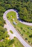 Vogelperspektive von Autos laufen eine Kurvenstraße durch stockbilder