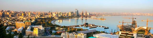 Vogelperspektive von Baku, Aserbaidschan am Abend Stockbild