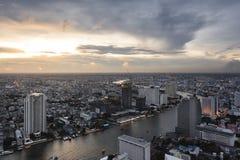 Vogelperspektive von Bangkok auf dem Chao Phraya Riverside-Bereich, Thaila Stockbild
