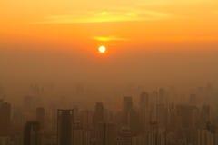 Vogelperspektive von Bangkok im Stadtzentrum gelegen bei nebelhaftem Sonnenaufgang Lizenzfreie Stockbilder
