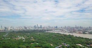 Vogelperspektive von Bangkok-Skylinen und Ansicht von Chao Phraya River View von der grünen Zone im Knall Krachao, Phra Pradaeng, stock footage