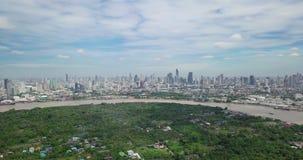 Vogelperspektive von Bangkok-Skylinen und Ansicht von Chao Phraya River View von der grünen Zone im Knall Krachao, Phra Pradaeng, stock video footage