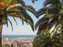 Vogelperspektive von Barcelona, Spanien, gestaltet durch Palmen stockfotografie