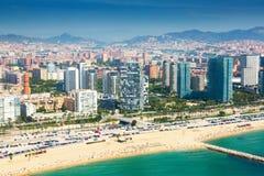 Vogelperspektive von Barcelona von der Mittelmeerküste Lizenzfreie Stockfotos