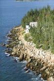 Vogelperspektive von Bass Harbor Head Lighthouse, Acadia-Nationalpark, Maine, Westseite von Berg-einsamer Insel Stockfotos