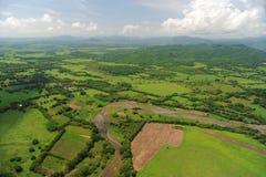 Vogelperspektive von Bauernhoffeldern in Costa Rica Stockfotos