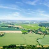 Vogelperspektive von Bauernhoffeldern in der Tschechischen Republik Lizenzfreies Stockfoto