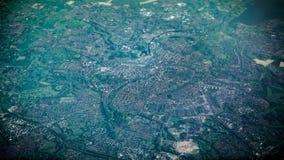 Vogelperspektive von berühmten Häusern und von Straßen von Amsterdam-Stadt vom Flugzeugfenster lizenzfreie stockbilder