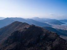 Vogelperspektive von Bergen, von Dorf und von Meer Lizenzfreie Stockbilder