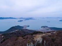 Vogelperspektive von Bergen, von Inseln und von Meer Lizenzfreie Stockfotografie