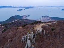 Vogelperspektive von Bergen, von Inseln und von Meer Stockbild