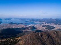 Vogelperspektive von Bergen, von Meer und von Stadt Stockfotografie