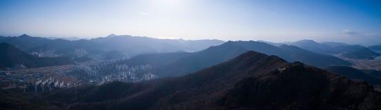 Vogelperspektive von Bergen, von Meer und von Stadt Stockbilder