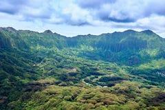 Vogelperspektive von Bergen und von Bäumen von Kualoa-Ranch in Hawaii, USA stockfoto