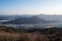 Vogelperspektive von Bergen und von Stadt Lizenzfreie Stockfotografie