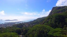 Vogelperspektive von Bergen und von Ozean von ohne Souci-Standpunkt, Seychellen 6 stock video