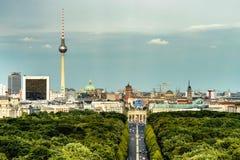 Vogelperspektive von Berlin-Skylinen mit berühmtem Fernsehturm und Branderburg-Tor lizenzfreies stockfoto