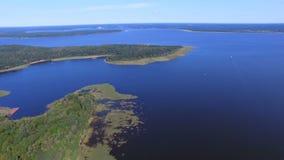 Vogelperspektive von beträchtlichem und schönem See Seliger und von Klichen-Insel, Russland stock video
