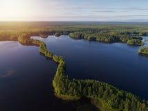 Vogelperspektive von blauen Seen und von Wald im finnischen Nationalpark am suset lizenzfreies stockfoto