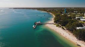 Vogelperspektive von Bongaree-Anlegestelle auf Bribie-Insel, Australien stock footage