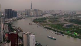 Vogelperspektive von Booten auf dem Saigon-Fluss, den Stadtskylinen und den Straßen von Ho Chi Minh City, Vietnam stock video footage