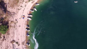 Vogelperspektive von Booten auf dem Seeufer stock video footage