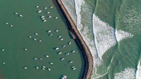 Vogelperspektive von Booten in Jard-sur Mer-Hafen, Vendee lizenzfreies stockfoto