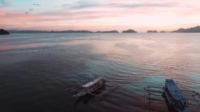 Vogelperspektive von Booten und von Yachten in der tropischen Bucht auf dem Sonnenuntergang EL Nido, Palawan, Philippinen Tropisc stock video