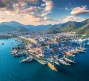 Vogelperspektive von Booten und yahts und schöne Stadt bei Sonnenuntergang Lizenzfreie Stockfotos