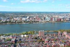 Vogelperspektive von Boston-Skylinen und von Cambridge-Bezirk trennte b Lizenzfreie Stockfotos