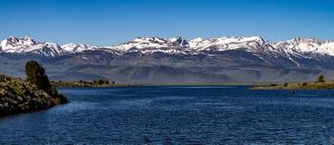 Vogelperspektive von Bridgeport-Reservoir, Kalifornien im Spätfrühling lizenzfreie stockfotos