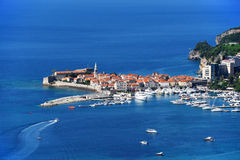 Vogelperspektive von Budva, Montenegro auf adriatischer Küste Stockbilder