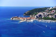 Vogelperspektive von Budva, Montenegro auf adriatischer Küste Lizenzfreie Stockfotografie