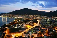 Vogelperspektive von Budva, Montenegro auf adriatischer Küste nach Sonnenuntergang Lizenzfreie Stockbilder