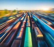 Vogelperspektive von bunten Güterzügen bei Sonnenuntergang Frachtlastwagen lizenzfreie stockbilder