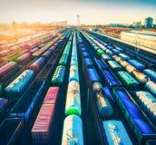 Vogelperspektive von bunten Güterzügen bei Sonnenuntergang Frachtlastwagen stockbilder