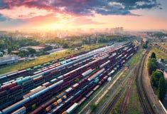 Vogelperspektive von bunten Güterzügen Britischer Bahnhof Lizenzfreies Stockbild